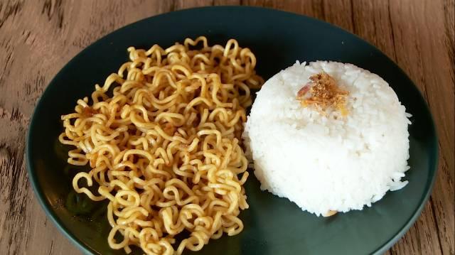 Makan mie tambah nasi (Foody,id)