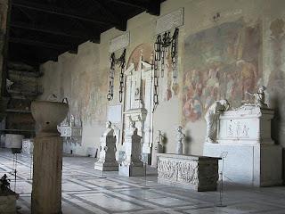 """title=""""Pisa, Camposanto Monumentale. Le catene di Porto Pisano restituite da Firenze (a sinistra) e da Genova (a destra) - Per gentile concessione: Franco Bampi (francobampi.it)"""""""