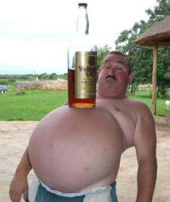 Mann mit super Bierbauch lustig
