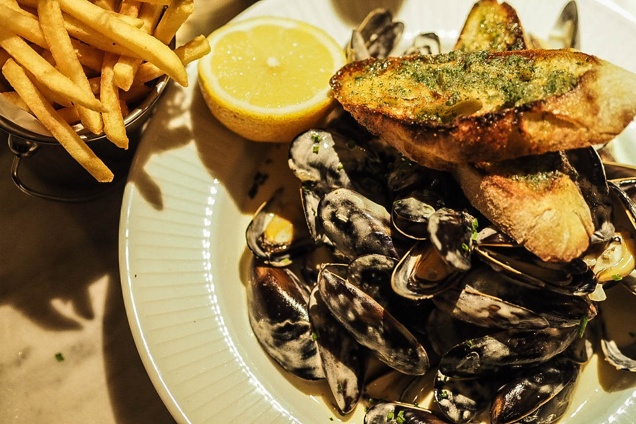 Mussels, fries and garlic bread