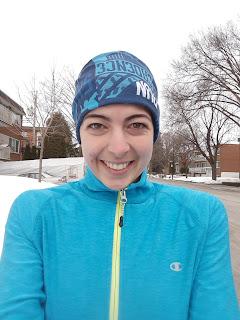 Coureuse souriante, hiver, rue de Montréal, froid