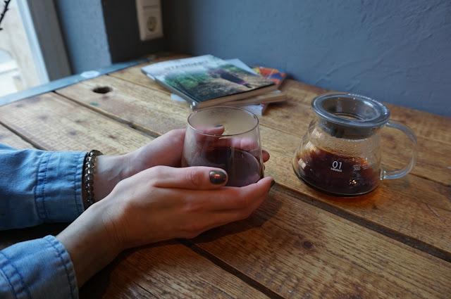 Filtrovaná káva ve Phoenix Coffee Roasters v Drážďanech