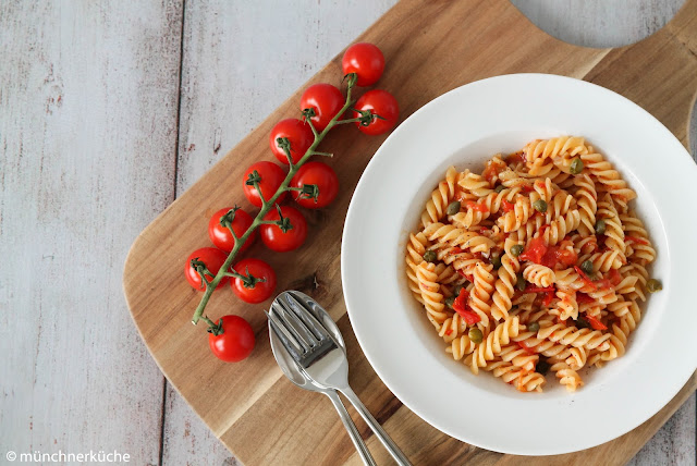 Kurze Nudeln mit Tomaten und Kapern.