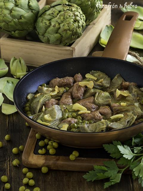 Alcachofas, guisantes y salchichas