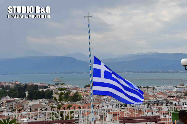 Μεσίστιες κυματίζουν οι Ελληνικές σημαίες από το πρωί της Μ. Παρασκευής