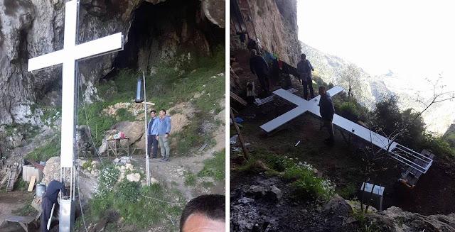 Παραμυθιά: Έστησαν σταυρό 7 μέτρων στο σπήλαιο του Αγίου Αρσενίου - Ορατός από δεκάδες χιλιόμετρα μακρια