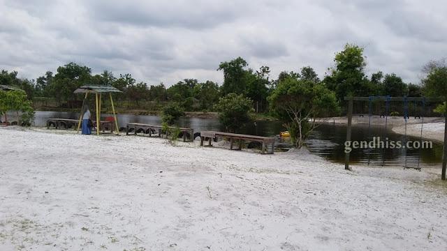 Kondisi wisata danau alam salju yang berpasir putih