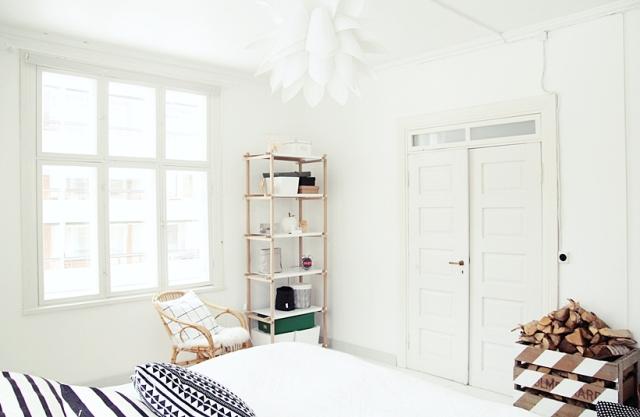Habitación en blanco y negro con muebles madera