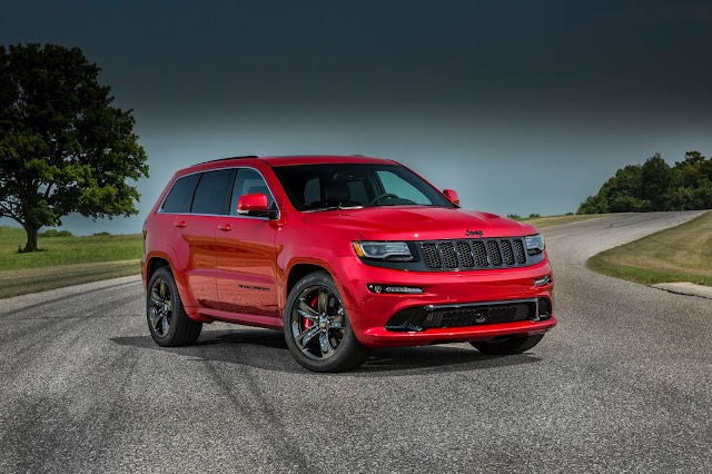 Front 3/4 view of 2017 Jeep Grand Cherokee SRT