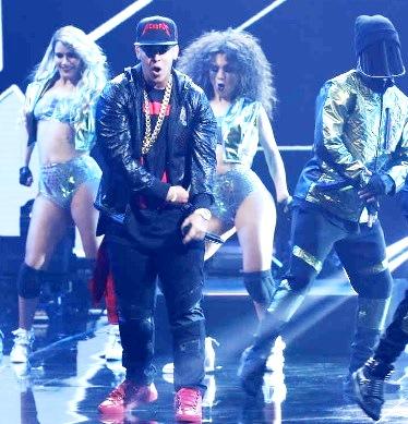 Foto de Daddy Yankee bailando en el escenario