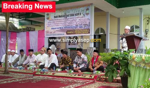 PENGANTAR : Ketua Masjid Babussalam Duta Bandara Bapak H.Ahmad Farhan didaulat untuk menyampaikan pengantanya pada acara Peringatan isra Miraj dan peletakan Batu pertama di Masjid Babussalam Duta Bandara (13/4). Foto Asep Haryono