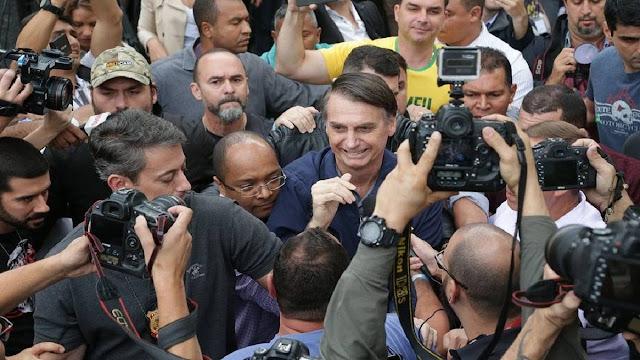 Bolsonaro chegando para votar na Escola Municipal Rosa da Fonseca, Vila Militar, RJ. (Foto: Reprodução/Internet)