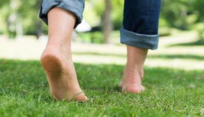 Manfaat Berjalan Tanpa Alas Kaki di Rerumputan