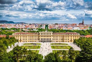 1. Istana Schonbrunn