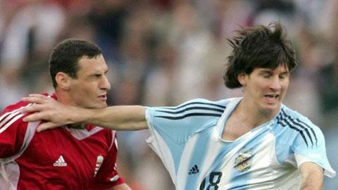 Cú giật cùi chỏ trong lần ra mắt ĐTQG Argentina của Messi.