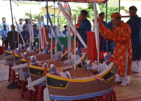 Lễ cúng rước hùng binh bên 5 chiếc thuyền câu được sử dụng vươn ra Hoàng Sa năm xưa.