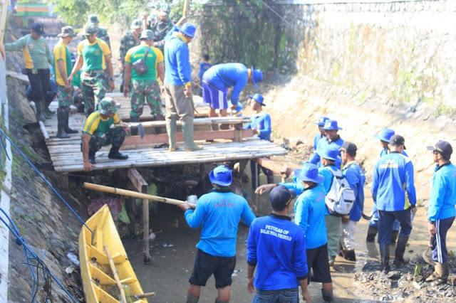 Tergugah Melihat Kali Manggis Magelang Kotor, Prajurit Yonarmed 11 Kostrad Bersihkan Sampah