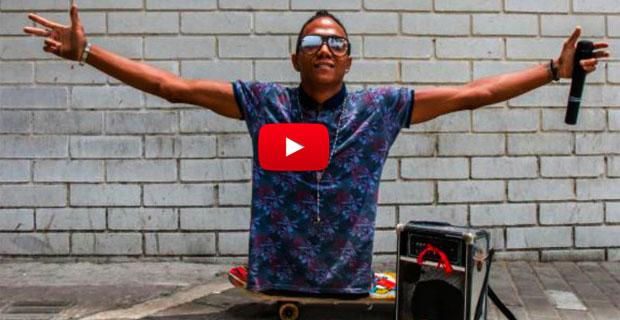 Rapero venezolano sin piernas canta en los autobuses e Barranquilla