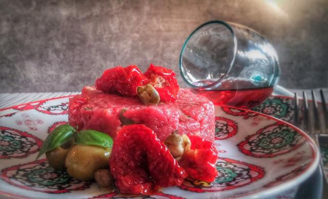 carne cruda con olive, capperi, pomodorini semi secchi e basilico