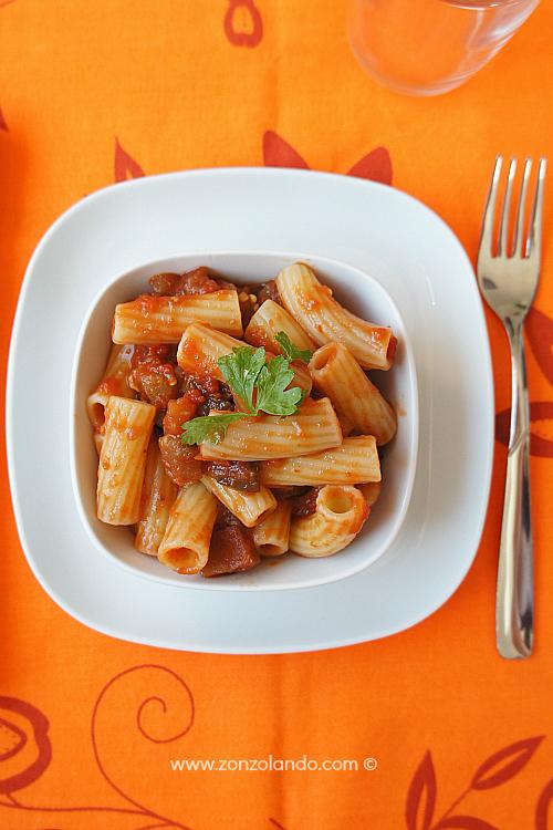 Pasta con sugo di melanzane ricetta vegetariana Aubergine sauce pasta recipe light and veggie