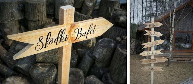 Drogowskazy drewniane (słodki stół, parkiet, chillout) na wesele od Wood Wedd.