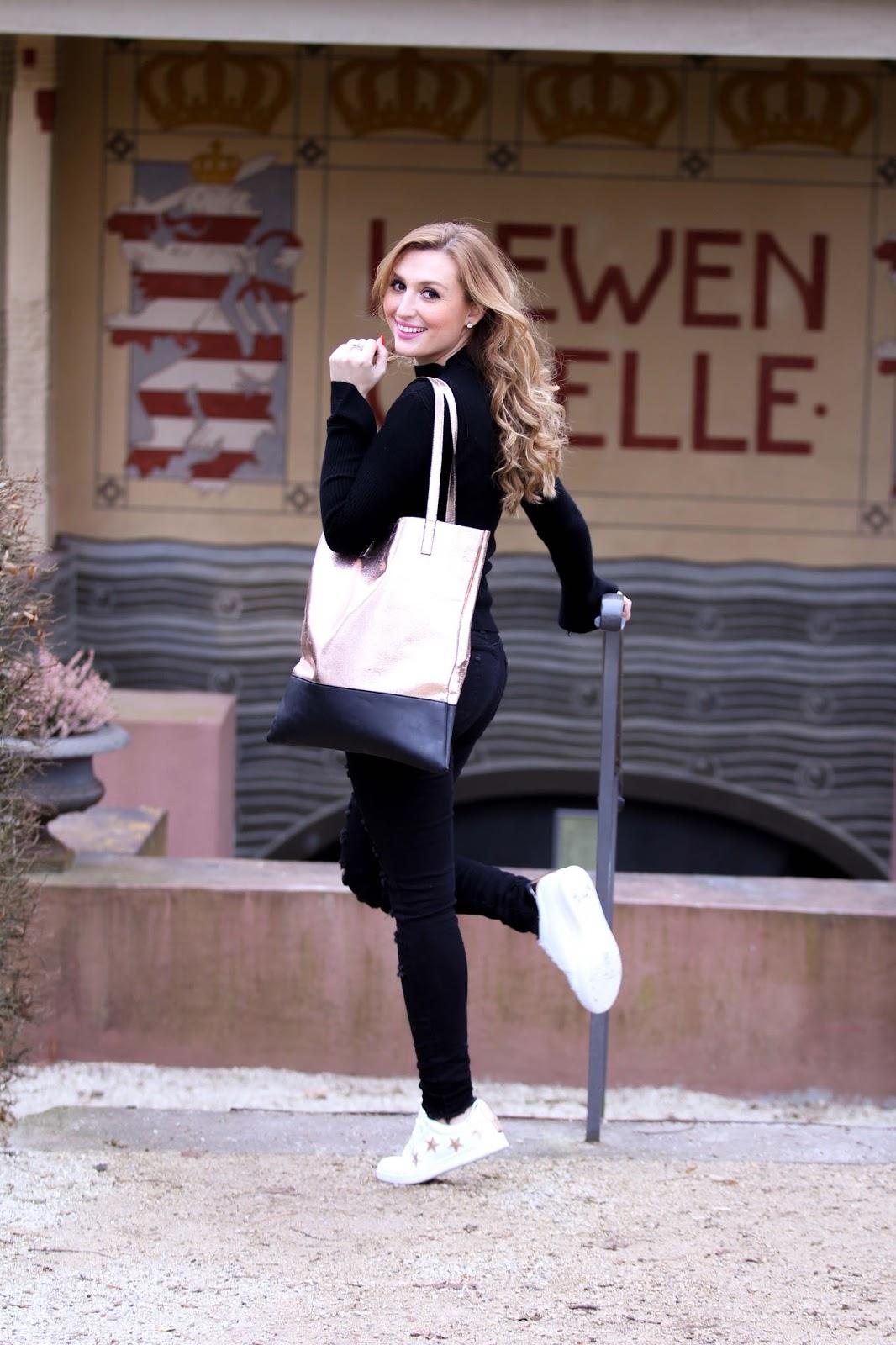 schwarze-ripped-jeans-turnschuhe-silberne-tasche-fashionblogger-blogger-aus-deutschland