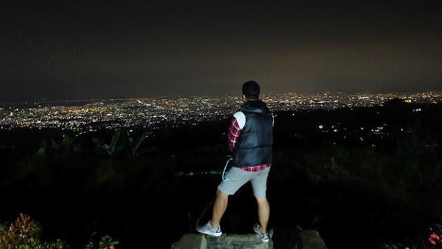 Hamparan cahaya lampu kota BAndung terlihat begitu jelas dari ketinggian 1500 di Bukit Moko