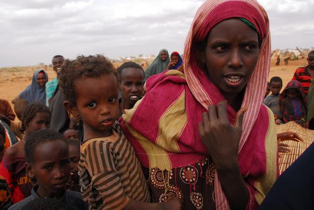 Afrikanische Frau mit Kind auf dem Arm
