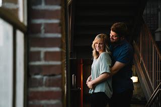 Ein junges verliebtes Paar, das sich umarmt und zusammen lacht