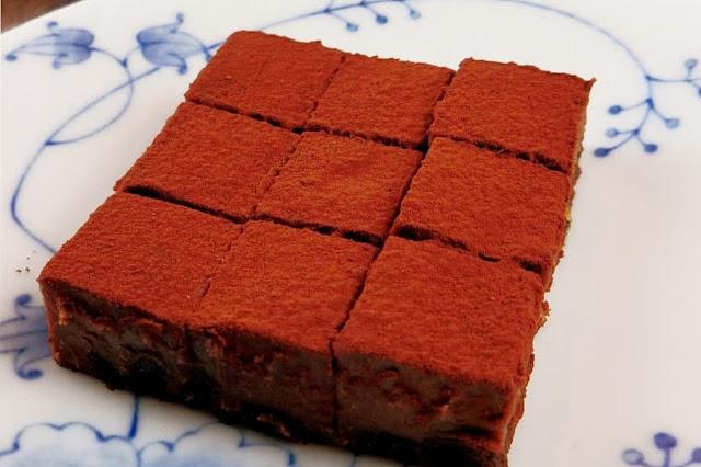生チョコレートにラムレーズンを入れるだけで本格的な仕上がりに!