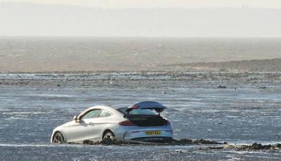 Mobil terjebak di lumpur