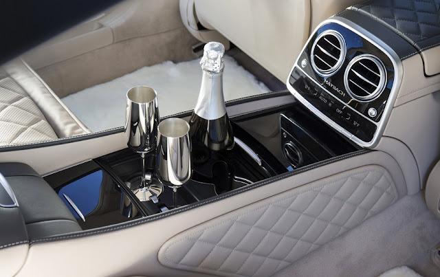 Tựa tay ngăn cách giữa hai hàng ghế Mercedes Maybach S450 4MATIC 2019 thiết kế sang trọng với nhiều tiện ích bên trên
