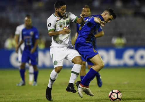 Chapecoense vence na Venezuela e Atlético-PR cede empate ao Católica na Arena da Baixada pela estreia na Libertadores