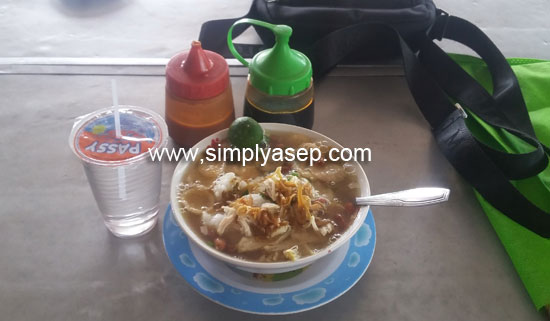 MURAH MERIAH : Semangkuk Bubur Ayam Sei Jawi ini harganya sekitar 10K cukup enak dan sudah pasti  relatif terjangkau. Foto Asep Haryono