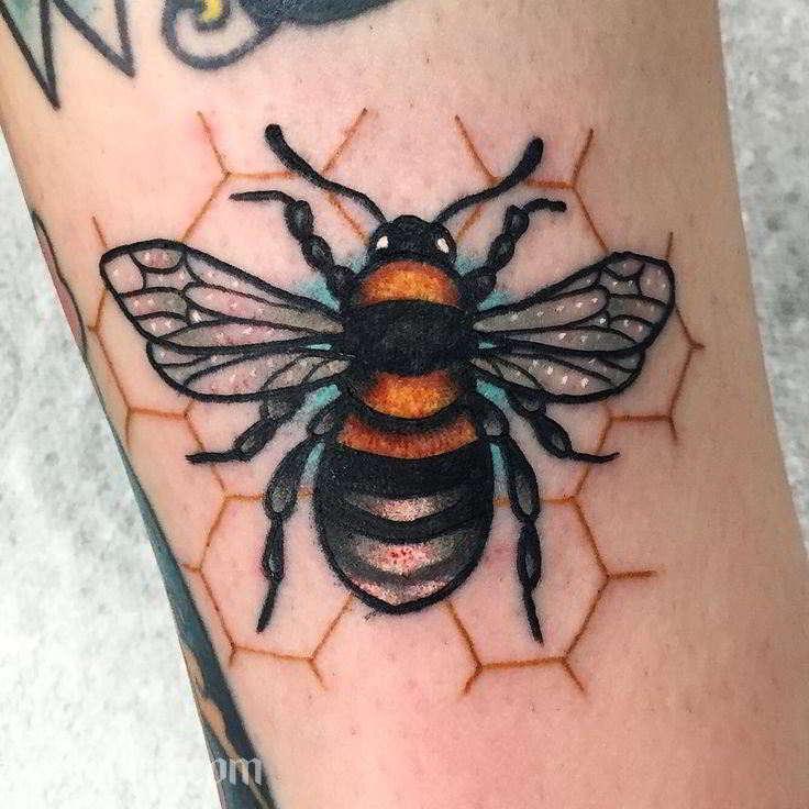 tatuaje de abeja colorido