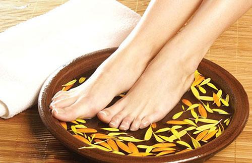 ngâm chân bằng thảo dược tại Minh Châu Spa