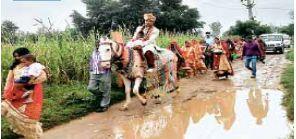 रास्ते में भरे पानी से होकर निकाली गई दूल्हे की निकासी, लोगों में रोष