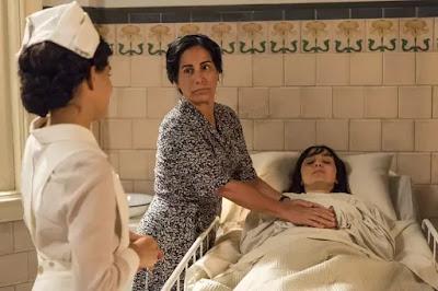 Lola (Gloria Pires) socorre Clotilde (Simone Spoladore), que é internada às pressas e recebe os cuidados de Inês (Carol Macedo) — Foto: Globo/Estevam Avelar