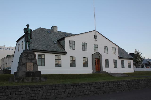 Stjórnarráðið, la oficina del primer ministro islandés, junto a la estatua Hannes Hafstein