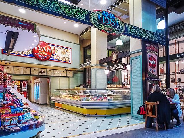 Local de venta de comidas rápidas a los paseantes.