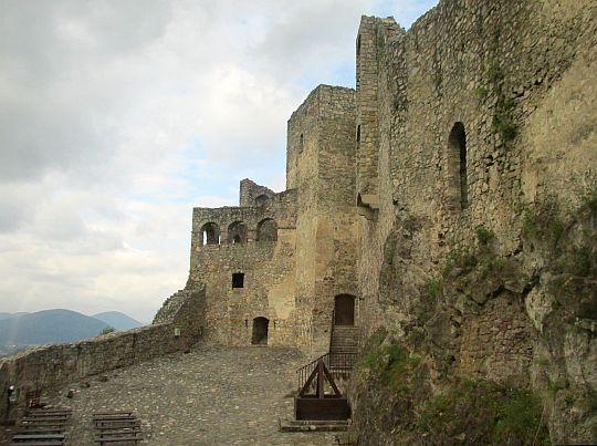 Dziedziniec średniego zamku.
