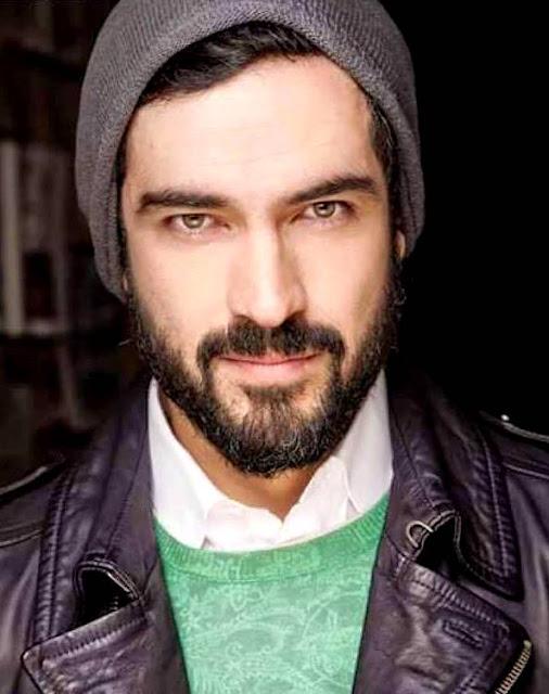 Foto de Alfonso Herrera de bigote y barba