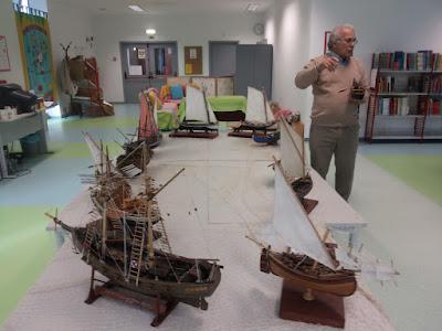 O Sr. João Padinha mostra os seus barcos em miniatura, que estão expostos sobre as mesas da Biblioteca Escolar.