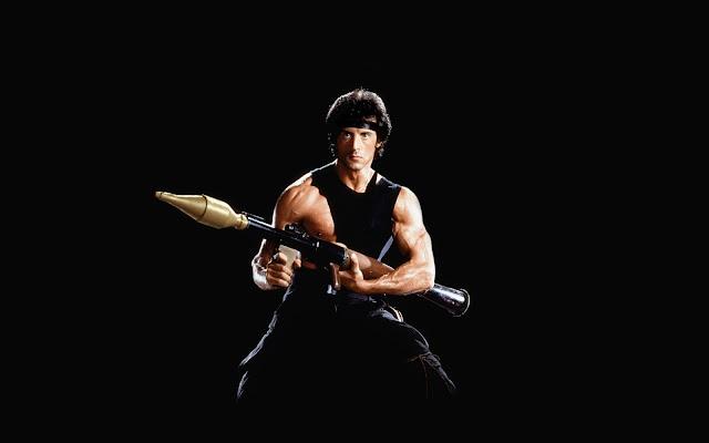Sylvester Stallone als Rambo met bazooka