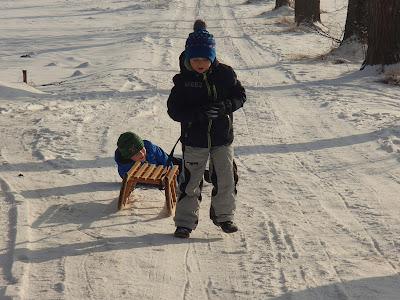 zimowy spacer, sanki dla dziecka, jazda na sankach, szadź, zabawy na sniegu
