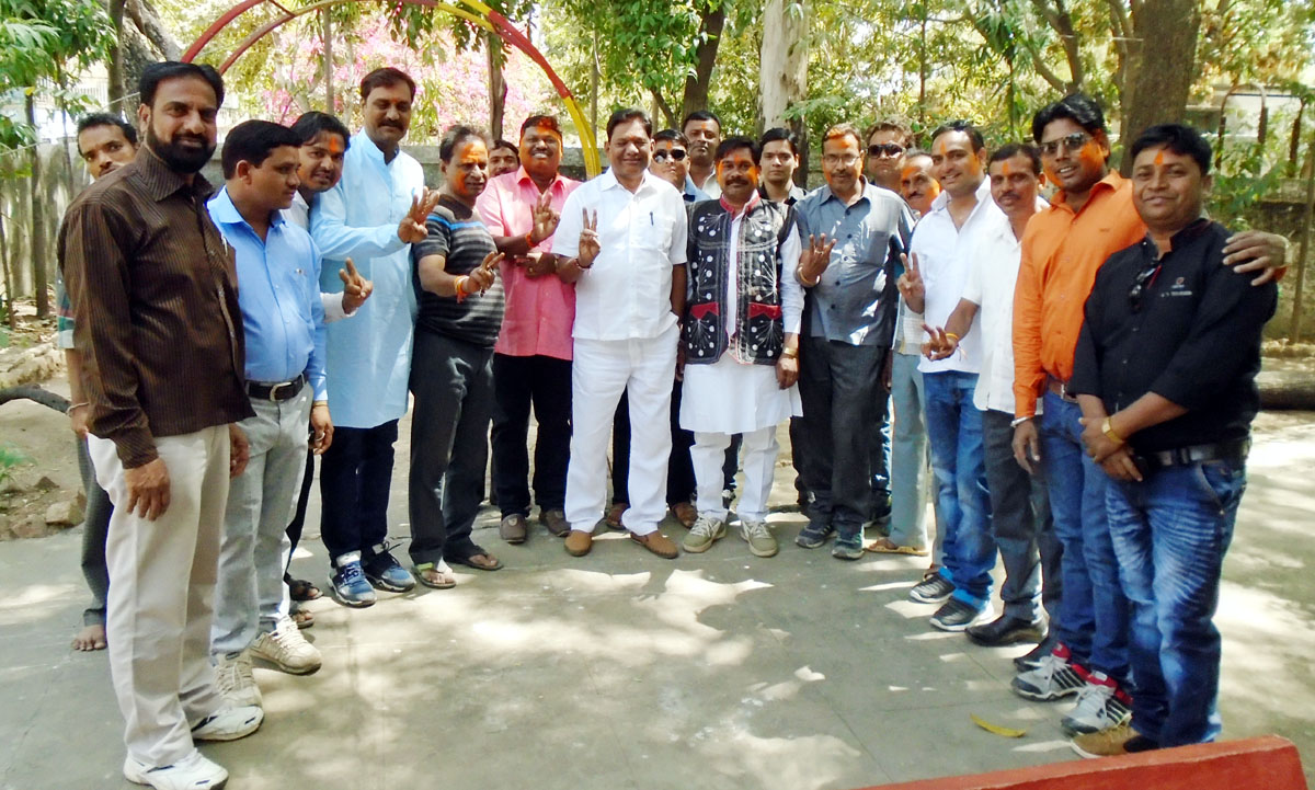 BJP-historic-victory-under-the-MLA-leadership-विधायक के नेतृत्व में भाजपा की ऐतिहासिक जीत पर कार्यकर्ताओ ने की आतिशबाजी