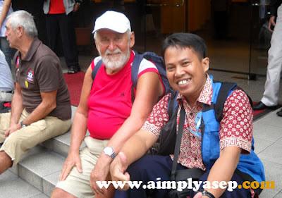 Pemulis (kanan) saat bersama turis di depan Hotel Malaya, Kuala Lumpur (Malaysia) November 2009 yang lalu. Foto Istimewa