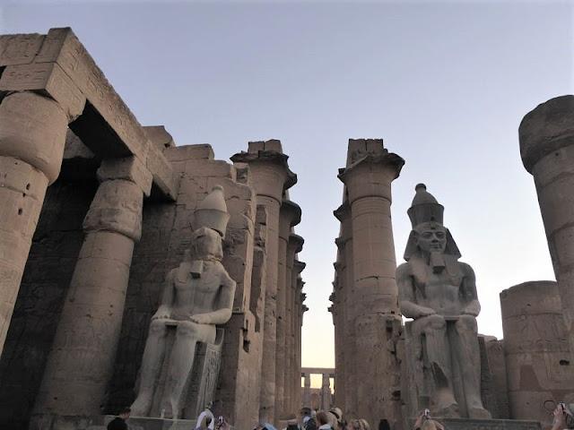 il grande cortile con le statue di ramses II