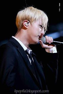 Foto Kim Seok Jin Bangtan Boys saat bernyanyi