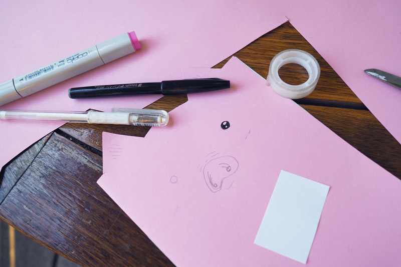 Der Umschlag des Schweine-Notizhefts bekommt ein Gesicht aufgemalt